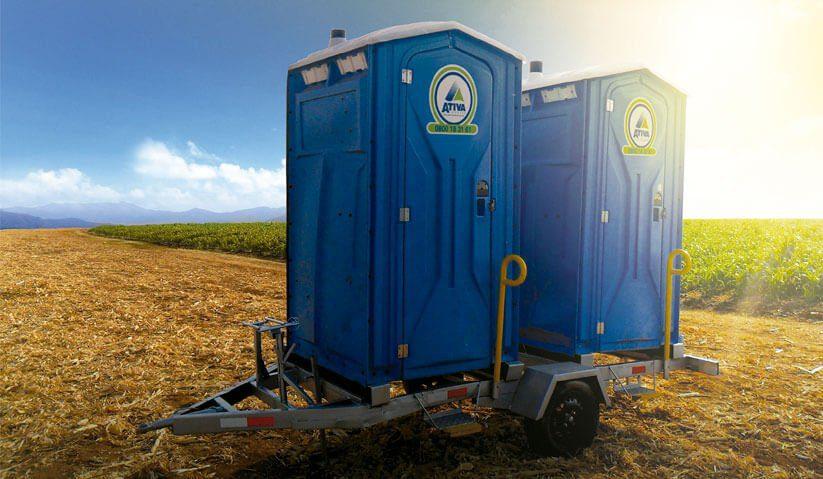 fotografia-toaletes-portateis-transportados-em-carretinha