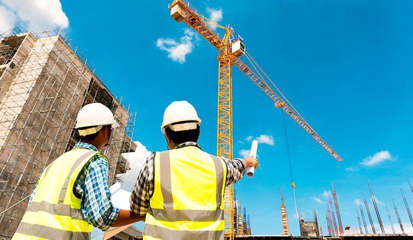 engenheiro-e-arquiteto-fiscalizando-uma-obra-823x479px