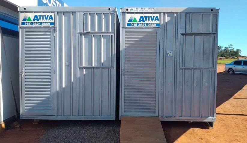 container lado a lado em obra. Um deles com rampa de acesso
