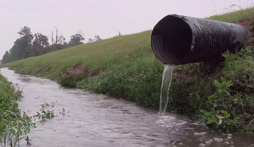 Duto jogando efluente de banheiros químicos em rio sem licença ambiental
